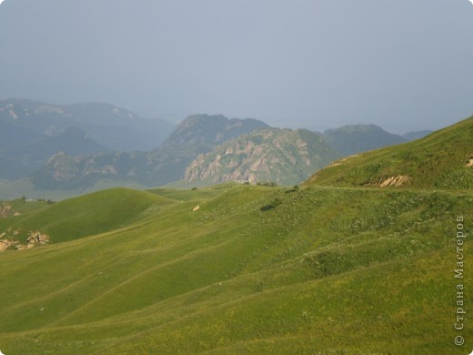 Ну, вот и обещанный фоторепортаж о поездке в Домбай. Домбай - это поселок в Карачаево - Черкессии, один из знаменитых горнолыжных курортов России.  Мы ехали через перевал Гум - баши. Было раннее утро, когда поднялись на перевал, и поэтому горы Кавказского хребта еще скрыты в утренней дымке. Виды перевала Гум - баши. фото 5