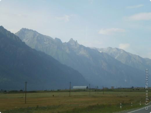Ну, вот и обещанный фоторепортаж о поездке в Домбай. Домбай - это поселок в Карачаево - Черкессии, один из знаменитых горнолыжных курортов России.  Мы ехали через перевал Гум - баши. Было раннее утро, когда поднялись на перевал, и поэтому горы Кавказского хребта еще скрыты в утренней дымке. Виды перевала Гум - баши. фото 7