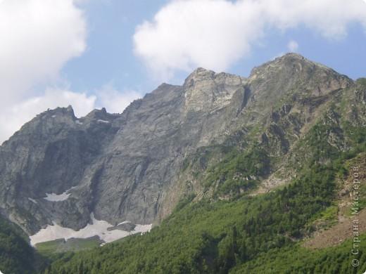 Ну, вот и обещанный фоторепортаж о поездке в Домбай. Домбай - это поселок в Карачаево - Черкессии, один из знаменитых горнолыжных курортов России.  Мы ехали через перевал Гум - баши. Было раннее утро, когда поднялись на перевал, и поэтому горы Кавказского хребта еще скрыты в утренней дымке. Виды перевала Гум - баши. фото 12