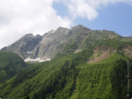 Ну, вот и обещанный фоторепортаж о поездке в Домбай. Домбай - это поселок в Карачаево - Черкессии, один из знаменитых горнолыжных курортов России.  Мы ехали через перевал Гум - баши. Было раннее утро, когда поднялись на перевал, и поэтому горы Кавказского хребта еще скрыты в утренней дымке. Виды перевала Гум - баши. фото 14