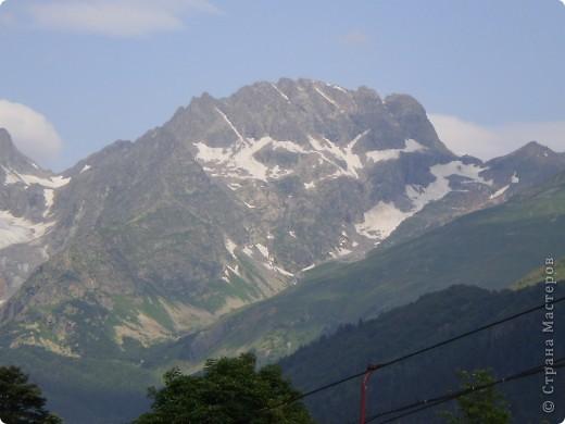 Ну, вот и обещанный фоторепортаж о поездке в Домбай. Домбай - это поселок в Карачаево - Черкессии, один из знаменитых горнолыжных курортов России.  Мы ехали через перевал Гум - баши. Было раннее утро, когда поднялись на перевал, и поэтому горы Кавказского хребта еще скрыты в утренней дымке. Виды перевала Гум - баши. фото 16