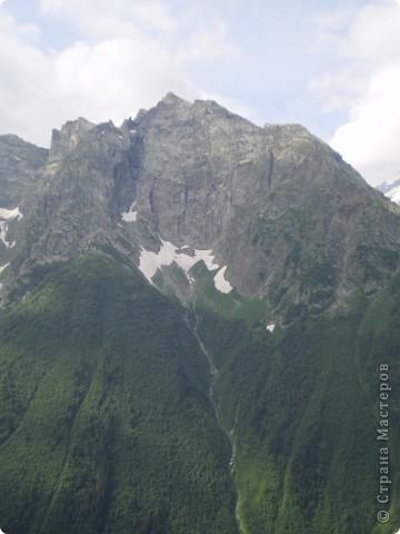 Ну, вот и обещанный фоторепортаж о поездке в Домбай. Домбай - это поселок в Карачаево - Черкессии, один из знаменитых горнолыжных курортов России.  Мы ехали через перевал Гум - баши. Было раннее утро, когда поднялись на перевал, и поэтому горы Кавказского хребта еще скрыты в утренней дымке. Виды перевала Гум - баши. фото 21