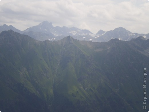 Ну, вот и обещанный фоторепортаж о поездке в Домбай. Домбай - это поселок в Карачаево - Черкессии, один из знаменитых горнолыжных курортов России.  Мы ехали через перевал Гум - баши. Было раннее утро, когда поднялись на перевал, и поэтому горы Кавказского хребта еще скрыты в утренней дымке. Виды перевала Гум - баши. фото 29