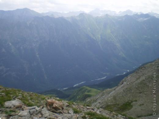 Ну, вот и обещанный фоторепортаж о поездке в Домбай. Домбай - это поселок в Карачаево - Черкессии, один из знаменитых горнолыжных курортов России.  Мы ехали через перевал Гум - баши. Было раннее утро, когда поднялись на перевал, и поэтому горы Кавказского хребта еще скрыты в утренней дымке. Виды перевала Гум - баши. фото 30