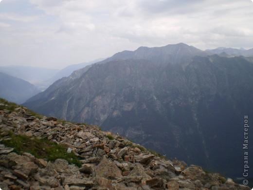 Ну, вот и обещанный фоторепортаж о поездке в Домбай. Домбай - это поселок в Карачаево - Черкессии, один из знаменитых горнолыжных курортов России.  Мы ехали через перевал Гум - баши. Было раннее утро, когда поднялись на перевал, и поэтому горы Кавказского хребта еще скрыты в утренней дымке. Виды перевала Гум - баши. фото 31