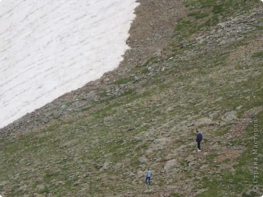 Ну, вот и обещанный фоторепортаж о поездке в Домбай. Домбай - это поселок в Карачаево - Черкессии, один из знаменитых горнолыжных курортов России.  Мы ехали через перевал Гум - баши. Было раннее утро, когда поднялись на перевал, и поэтому горы Кавказского хребта еще скрыты в утренней дымке. Виды перевала Гум - баши. фото 33