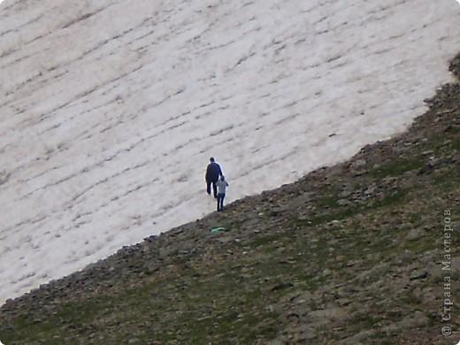 Ну, вот и обещанный фоторепортаж о поездке в Домбай. Домбай - это поселок в Карачаево - Черкессии, один из знаменитых горнолыжных курортов России.  Мы ехали через перевал Гум - баши. Было раннее утро, когда поднялись на перевал, и поэтому горы Кавказского хребта еще скрыты в утренней дымке. Виды перевала Гум - баши. фото 34