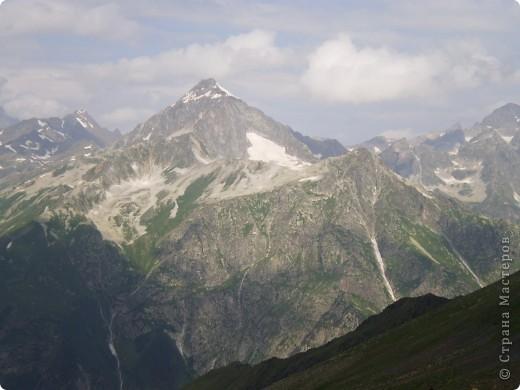 Ну, вот и обещанный фоторепортаж о поездке в Домбай. Домбай - это поселок в Карачаево - Черкессии, один из знаменитых горнолыжных курортов России.  Мы ехали через перевал Гум - баши. Было раннее утро, когда поднялись на перевал, и поэтому горы Кавказского хребта еще скрыты в утренней дымке. Виды перевала Гум - баши. фото 39