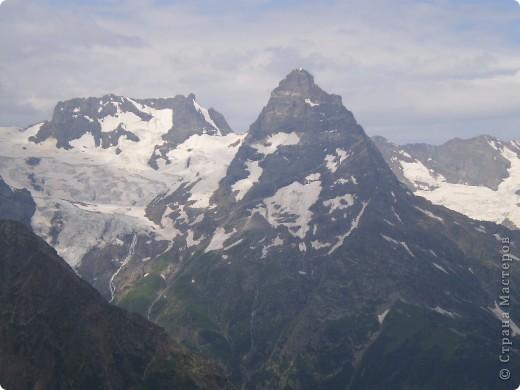 Ну, вот и обещанный фоторепортаж о поездке в Домбай. Домбай - это поселок в Карачаево - Черкессии, один из знаменитых горнолыжных курортов России.  Мы ехали через перевал Гум - баши. Было раннее утро, когда поднялись на перевал, и поэтому горы Кавказского хребта еще скрыты в утренней дымке. Виды перевала Гум - баши. фото 40