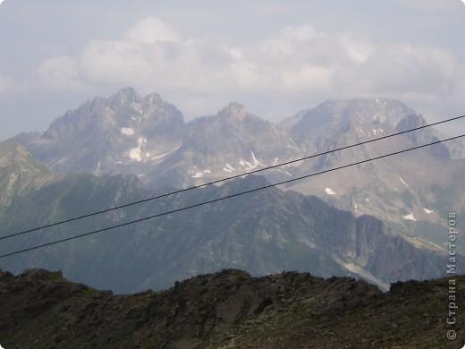 Ну, вот и обещанный фоторепортаж о поездке в Домбай. Домбай - это поселок в Карачаево - Черкессии, один из знаменитых горнолыжных курортов России.  Мы ехали через перевал Гум - баши. Было раннее утро, когда поднялись на перевал, и поэтому горы Кавказского хребта еще скрыты в утренней дымке. Виды перевала Гум - баши. фото 41