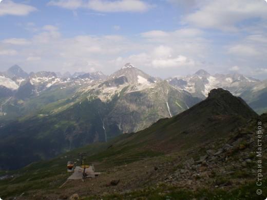 Ну, вот и обещанный фоторепортаж о поездке в Домбай. Домбай - это поселок в Карачаево - Черкессии, один из знаменитых горнолыжных курортов России.  Мы ехали через перевал Гум - баши. Было раннее утро, когда поднялись на перевал, и поэтому горы Кавказского хребта еще скрыты в утренней дымке. Виды перевала Гум - баши. фото 42