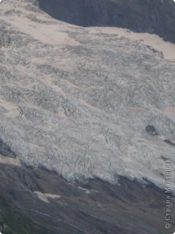 Ну, вот и обещанный фоторепортаж о поездке в Домбай. Домбай - это поселок в Карачаево - Черкессии, один из знаменитых горнолыжных курортов России.  Мы ехали через перевал Гум - баши. Было раннее утро, когда поднялись на перевал, и поэтому горы Кавказского хребта еще скрыты в утренней дымке. Виды перевала Гум - баши. фото 48