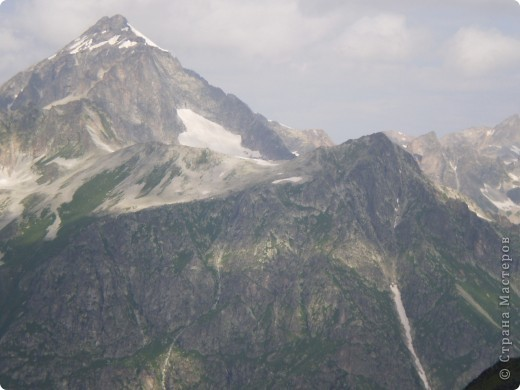 Ну, вот и обещанный фоторепортаж о поездке в Домбай. Домбай - это поселок в Карачаево - Черкессии, один из знаменитых горнолыжных курортов России.  Мы ехали через перевал Гум - баши. Было раннее утро, когда поднялись на перевал, и поэтому горы Кавказского хребта еще скрыты в утренней дымке. Виды перевала Гум - баши. фото 51