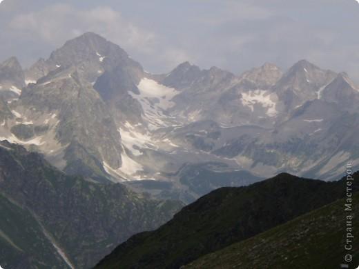 Ну, вот и обещанный фоторепортаж о поездке в Домбай. Домбай - это поселок в Карачаево - Черкессии, один из знаменитых горнолыжных курортов России.  Мы ехали через перевал Гум - баши. Было раннее утро, когда поднялись на перевал, и поэтому горы Кавказского хребта еще скрыты в утренней дымке. Виды перевала Гум - баши. фото 52