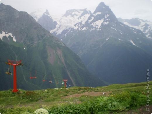 Ну, вот и обещанный фоторепортаж о поездке в Домбай. Домбай - это поселок в Карачаево - Черкессии, один из знаменитых горнолыжных курортов России.  Мы ехали через перевал Гум - баши. Было раннее утро, когда поднялись на перевал, и поэтому горы Кавказского хребта еще скрыты в утренней дымке. Виды перевала Гум - баши. фото 56