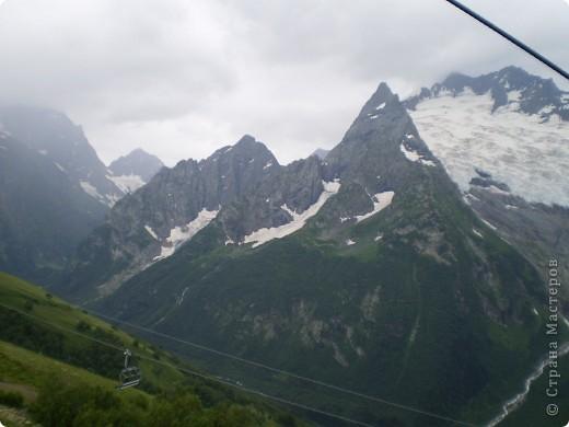 Ну, вот и обещанный фоторепортаж о поездке в Домбай. Домбай - это поселок в Карачаево - Черкессии, один из знаменитых горнолыжных курортов России.  Мы ехали через перевал Гум - баши. Было раннее утро, когда поднялись на перевал, и поэтому горы Кавказского хребта еще скрыты в утренней дымке. Виды перевала Гум - баши. фото 57
