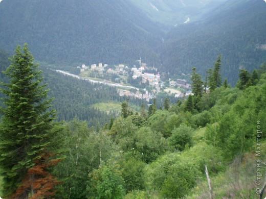 Ну, вот и обещанный фоторепортаж о поездке в Домбай. Домбай - это поселок в Карачаево - Черкессии, один из знаменитых горнолыжных курортов России.  Мы ехали через перевал Гум - баши. Было раннее утро, когда поднялись на перевал, и поэтому горы Кавказского хребта еще скрыты в утренней дымке. Виды перевала Гум - баши. фото 61