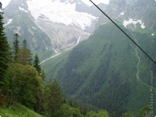 Ну, вот и обещанный фоторепортаж о поездке в Домбай. Домбай - это поселок в Карачаево - Черкессии, один из знаменитых горнолыжных курортов России.  Мы ехали через перевал Гум - баши. Было раннее утро, когда поднялись на перевал, и поэтому горы Кавказского хребта еще скрыты в утренней дымке. Виды перевала Гум - баши. фото 62
