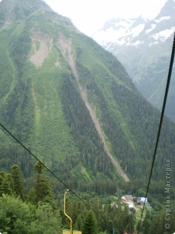 Ну, вот и обещанный фоторепортаж о поездке в Домбай. Домбай - это поселок в Карачаево - Черкессии, один из знаменитых горнолыжных курортов России.  Мы ехали через перевал Гум - баши. Было раннее утро, когда поднялись на перевал, и поэтому горы Кавказского хребта еще скрыты в утренней дымке. Виды перевала Гум - баши. фото 63