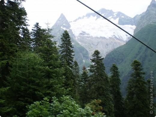 Ну, вот и обещанный фоторепортаж о поездке в Домбай. Домбай - это поселок в Карачаево - Черкессии, один из знаменитых горнолыжных курортов России.  Мы ехали через перевал Гум - баши. Было раннее утро, когда поднялись на перевал, и поэтому горы Кавказского хребта еще скрыты в утренней дымке. Виды перевала Гум - баши. фото 64