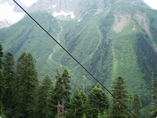 Ну, вот и обещанный фоторепортаж о поездке в Домбай. Домбай - это поселок в Карачаево - Черкессии, один из знаменитых горнолыжных курортов России.  Мы ехали через перевал Гум - баши. Было раннее утро, когда поднялись на перевал, и поэтому горы Кавказского хребта еще скрыты в утренней дымке. Виды перевала Гум - баши. фото 65