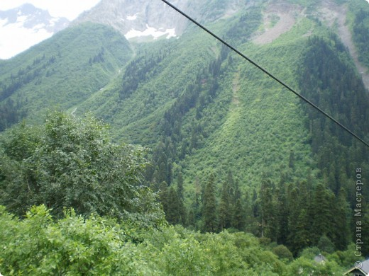 Ну, вот и обещанный фоторепортаж о поездке в Домбай. Домбай - это поселок в Карачаево - Черкессии, один из знаменитых горнолыжных курортов России.  Мы ехали через перевал Гум - баши. Было раннее утро, когда поднялись на перевал, и поэтому горы Кавказского хребта еще скрыты в утренней дымке. Виды перевала Гум - баши. фото 66