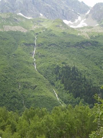 Ну, вот и обещанный фоторепортаж о поездке в Домбай. Домбай - это поселок в Карачаево - Черкессии, один из знаменитых горнолыжных курортов России.  Мы ехали через перевал Гум - баши. Было раннее утро, когда поднялись на перевал, и поэтому горы Кавказского хребта еще скрыты в утренней дымке. Виды перевала Гум - баши. фото 71