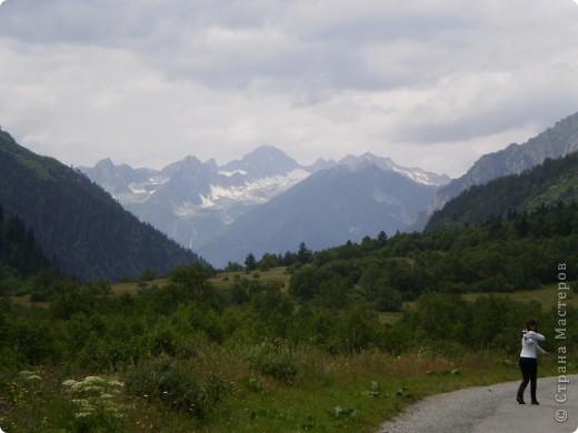 Ну, вот и обещанный фоторепортаж о поездке в Домбай. Домбай - это поселок в Карачаево - Черкессии, один из знаменитых горнолыжных курортов России.  Мы ехали через перевал Гум - баши. Было раннее утро, когда поднялись на перевал, и поэтому горы Кавказского хребта еще скрыты в утренней дымке. Виды перевала Гум - баши. фото 74