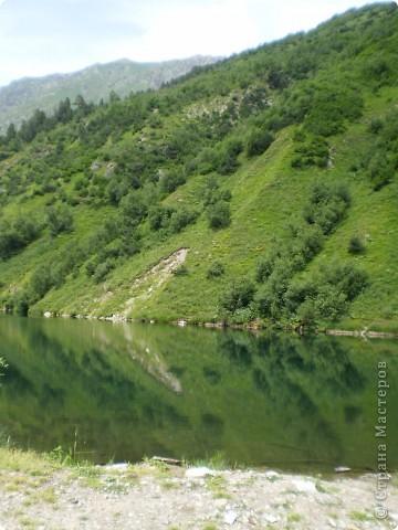 Ну, вот и обещанный фоторепортаж о поездке в Домбай. Домбай - это поселок в Карачаево - Черкессии, один из знаменитых горнолыжных курортов России.  Мы ехали через перевал Гум - баши. Было раннее утро, когда поднялись на перевал, и поэтому горы Кавказского хребта еще скрыты в утренней дымке. Виды перевала Гум - баши. фото 75