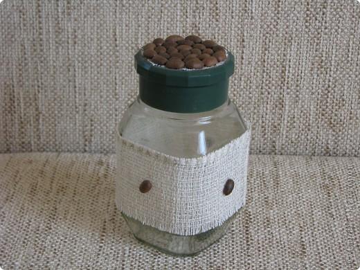 Банка из под кофе обтянута жгутом и обклеена широкой тесьмой. фото 3
