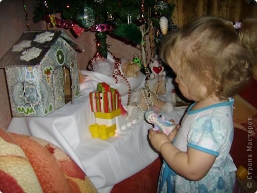 """Началось все это в декабре,когда я захотела сделать домик для Деда Мороза и Снегурочки под елку. Старую коробку обрезала,вырезала двери и окна ставнями.Обклеила подходящими """"морозными"""" обоями.Из картона вырезала крышу,ее обклеила фольгой.Нарисовала узоры.Вместо ручек,для удобства открывания пришила бусины.И все заклеила скотчем,для прочности. фото 2"""