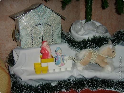 """Началось все это в декабре,когда я захотела сделать домик для Деда Мороза и Снегурочки под елку. Старую коробку обрезала,вырезала двери и окна ставнями.Обклеила подходящими """"морозными"""" обоями.Из картона вырезала крышу,ее обклеила фольгой.Нарисовала узоры.Вместо ручек,для удобства открывания пришила бусины.И все заклеила скотчем,для прочности. фото 1"""