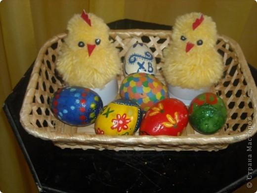 Эту композицию делали к Пасхе. Цыплята сделаны из ниток. А вот яйца из гипса. Их заливала и очищала я сама, а вот раскрашивали дети подготовительной группы.