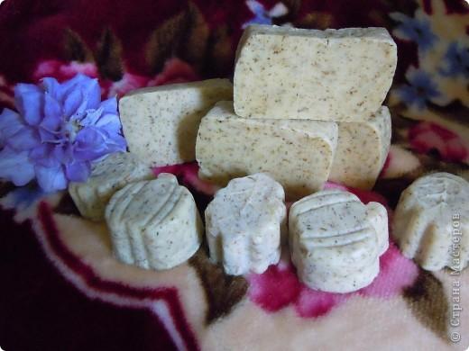 Состав мыла взят,то что было под рукой,так как экспериментировать на дорогих компонентах что то не хочется.Свиное сало 45%,оливковое масло 40%,масло ши(баттер)12%,касторовое масло 3%,сухие цветки ромашки,щелочь,в качестве пережира  масло абрикосовой косточки 5%.эфирное масло бергамота.
