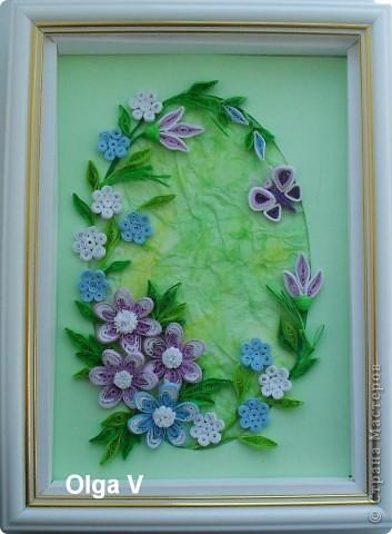 На днях сочинилась такая маленькая картинка с сиреневыми и голубыми цветочками. Фон - паспарту и салфетка, наклеенная со смещением и затонированная пастельными мелками.  фото 2