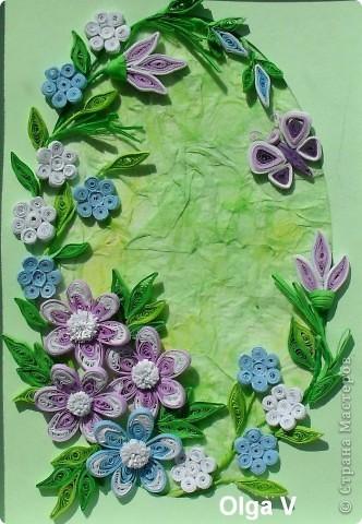 На днях сочинилась такая маленькая картинка с сиреневыми и голубыми цветочками. Фон - паспарту и салфетка, наклеенная со смещением и затонированная пастельными мелками.  фото 1