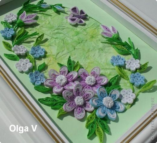 На днях сочинилась такая маленькая картинка с сиреневыми и голубыми цветочками. Фон - паспарту и салфетка, наклеенная со смещением и затонированная пастельными мелками.  фото 3