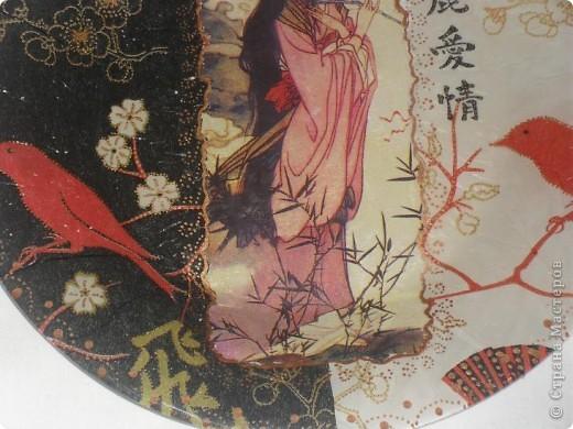 Сделала свою первую тарелочку, японочку выдрала с чайной пачки и использовала 2 одинаковые салфетки разных цветов. Тарелочка далась не легко, 2 раза смывала всё, еле уберегла японочку. И всё равно не добилась желаемого результата! Тарелку сделала в технике обратный декупаж. Смывала потому, что когда начала закрашивать изнанку белой краской, то краска вся вылезла сквозь салфетку белыми пятнами. Попробовала  другой раз, прежде чем красить белой краской, покрыть лаком, всё равно краска вылезла сквозь салфетку белыми крапинками, на фото это отчётлива видно. Так что первый блин, действительно - КОМОМ. Посоветуйте, что делать, чтоб краска не вылезала сквозь салфетку и не портила весь вид??? фото 10