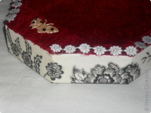 Очень люблю чёрнобелое, мне кажется - это идеальное сочетание цветов! Коробка от конфет. Решила сделать из неё что-то вроде шкатулки. Как получилось - судить вам. фото 10
