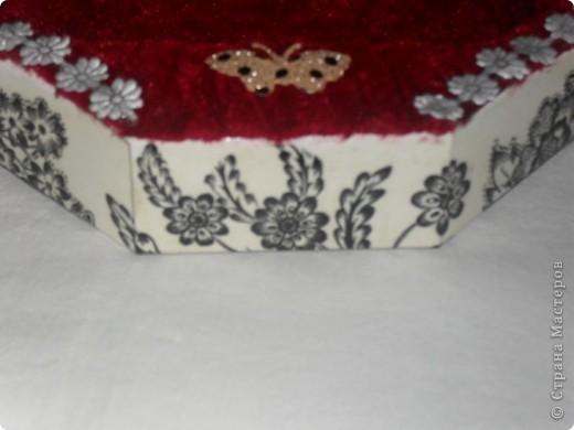 Очень люблю чёрнобелое, мне кажется - это идеальное сочетание цветов! Коробка от конфет. Решила сделать из неё что-то вроде шкатулки. Как получилось - судить вам. фото 11