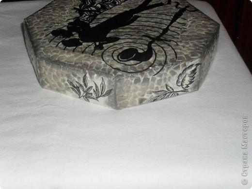 Очень люблю чёрнобелое, мне кажется - это идеальное сочетание цветов! Коробка от конфет. Решила сделать из неё что-то вроде шкатулки. Как получилось - судить вам. фото 12