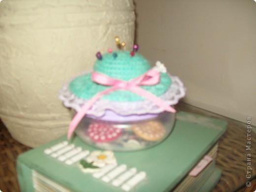 Баночка с пуговицами, на крышке шляпка-игольница, связаная крючком. фото 2