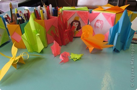 Детский оздоровительный лагерь закрылся уже более месяца назад,но всё же хочется с вами поделиться фрагментами нашей жизни в нём.   Я вела два кружка (оригами, изонить), которые проходили ежедневно. Это фото последнего дня, дети со своими работами. фото 7