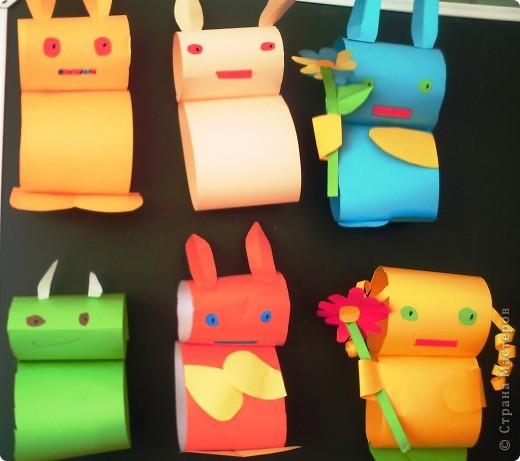 """В рамках Дня """"Аплодисменты"""" состоялся у меня открытый урок по трудовому обучению (технологии). Тему выбрала такую """"ЗАЙЦЫ. РАЗНЫЕ ТЕХНИКИ"""". Год зайца, а как иначе. Надо к символу года попочтительнее быть. Это наша выставка, которая была создана в конце урока. Итак, разделила и детей, и их родителей на группы. фото 2"""