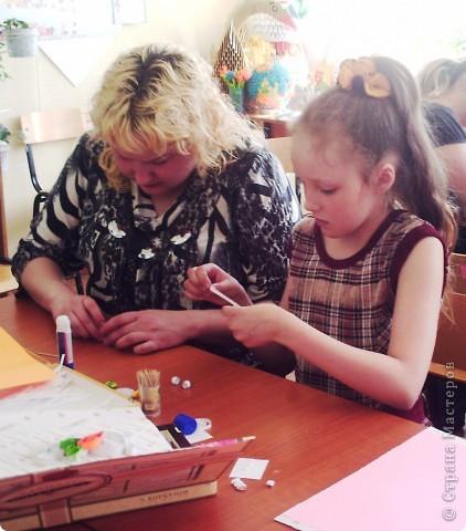 """В рамках Дня """"Аплодисменты"""" состоялся у меня открытый урок по трудовому обучению (технологии). Тему выбрала такую """"ЗАЙЦЫ. РАЗНЫЕ ТЕХНИКИ"""". Год зайца, а как иначе. Надо к символу года попочтительнее быть. Это наша выставка, которая была создана в конце урока. Итак, разделила и детей, и их родителей на группы. фото 9"""