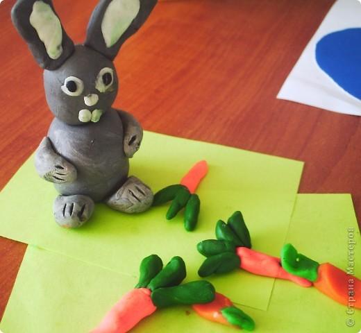 """В рамках Дня """"Аплодисменты"""" состоялся у меня открытый урок по трудовому обучению (технологии). Тему выбрала такую """"ЗАЙЦЫ. РАЗНЫЕ ТЕХНИКИ"""". Год зайца, а как иначе. Надо к символу года попочтительнее быть. Это наша выставка, которая была создана в конце урока. Итак, разделила и детей, и их родителей на группы. фото 14"""
