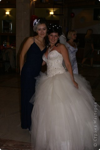 Вот такую шляпку сделала для себя, чтобы пойти на свадьбу к друзьям. Использовала сд-диск, обмотанный лентами и крышечку от краски для обуви)) сначала собиралась прикрепить ее на ободок, потом решила оставить ленточки по бокам - закрепить вокруг головы. Платье у меня как раз темно-синего цвета, как розочки на шляпке, а туфли - белые. фото 5