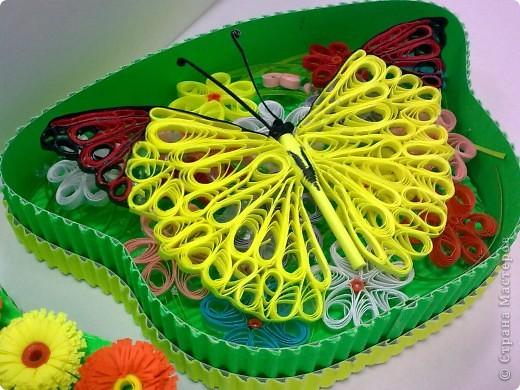 Сотруднику очень понравились мои бабочки, решила одну из них подарить ему на день рождения. А так как саму ее дарить не удобно, придумала такую коробочку.  Прошу совета: может очень ярко получилось, как на подарок мужчине? Спасибо всем кто напишет отзыв. фото 2