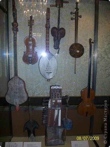 В 2009 году мы ездили в Санкт Петербург. И гуляя по городу зашли в Шереметьевский дворец, а там оказался  музей, где собрана  потрясающая коллекция  музыкальных инструментов. Это был невероятный восторг. Такого мы ещ не видели. Фотографировали практически все. Правда фотографии не совсем хорошего качества. Но увидеть и прочитать можно.  Приглашаю всех желающих посмотреть на эту красоту. Коментировать фото не буду. Потому что запомнить такое колличество инструментов просто не смогла, да и время уже прошло. На некоторых фотографиях есть названия.  Ну что, пошли посмотрим. фото 14