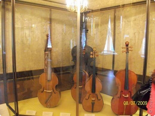 В 2009 году мы ездили в Санкт Петербург. И гуляя по городу зашли в Шереметьевский дворец, а там оказался  музей, где собрана  потрясающая коллекция  музыкальных инструментов. Это был невероятный восторг. Такого мы ещ не видели. Фотографировали практически все. Правда фотографии не совсем хорошего качества. Но увидеть и прочитать можно.  Приглашаю всех желающих посмотреть на эту красоту. Коментировать фото не буду. Потому что запомнить такое колличество инструментов просто не смогла, да и время уже прошло. На некоторых фотографиях есть названия.  Ну что, пошли посмотрим. фото 16